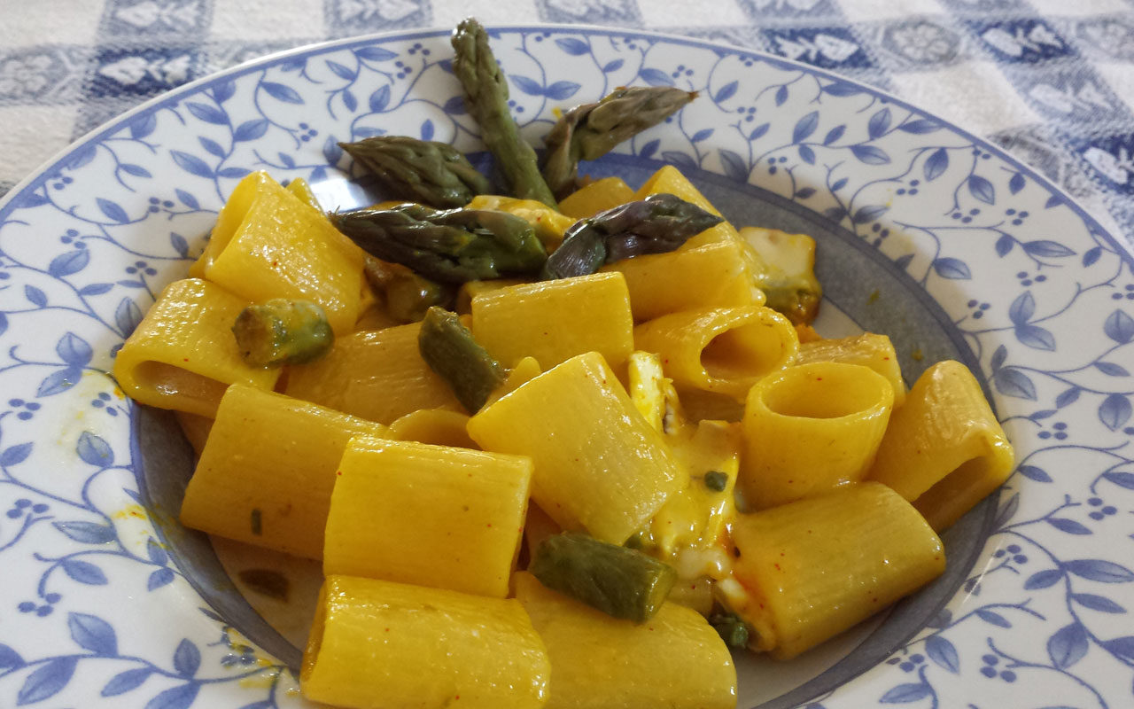 mezze-maniche-asparagi-verdi-camembert-zafferano-1280x800.jpg